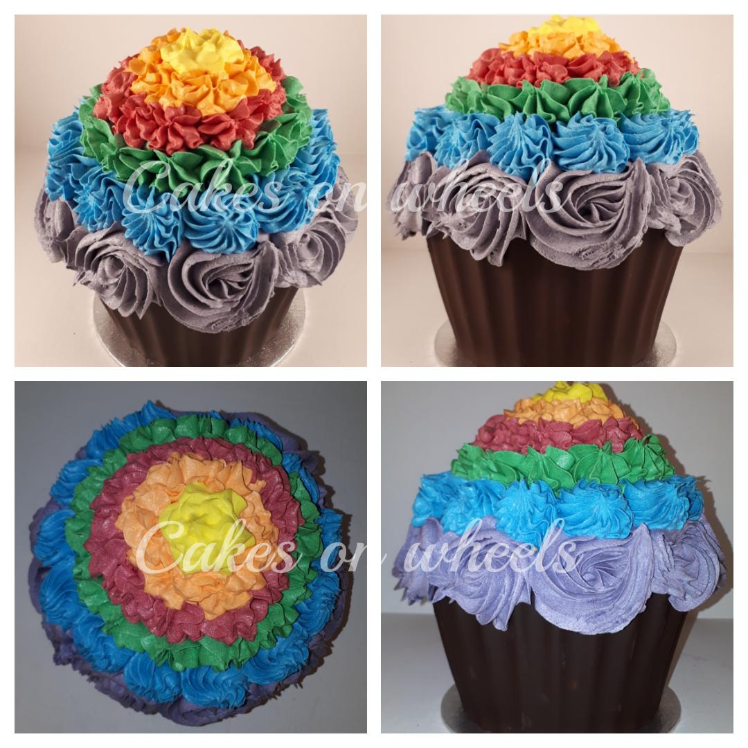 Cake smash taart in regenboogkleuren.