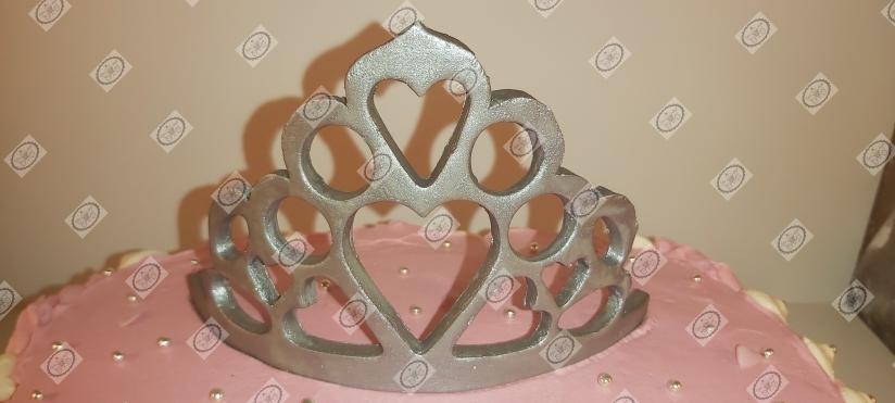 Caketopper in de vorm can een kroontje.