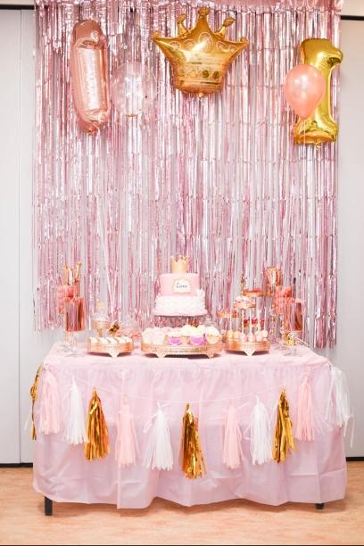 Een thema voor een 1e verjaardag. Taart, Cupcakes en Cakepops in hetzelfde thema: Roze, wit, goud.