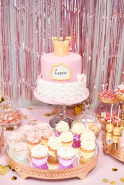 Taart, Cakepops en Cupcakes in het thema wit, goud en roze.