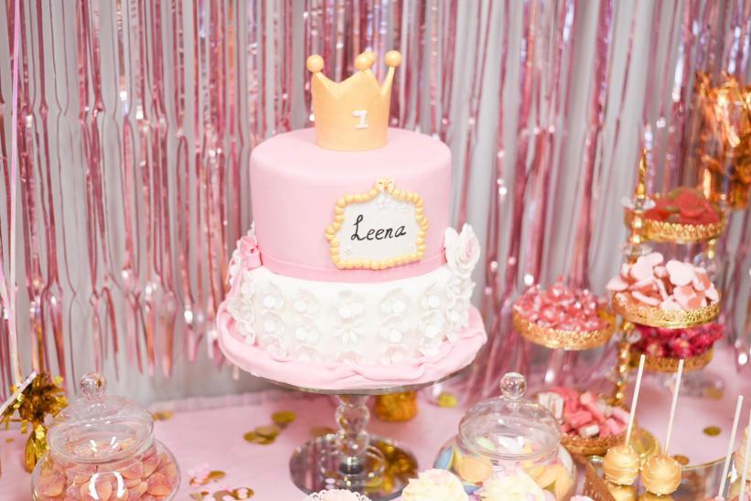 De taart in het thema wit, roze en goud.