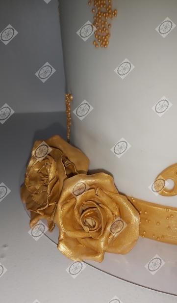 Bruidstaart. De goudkleurige bloemen zijn zelfgemaakt.