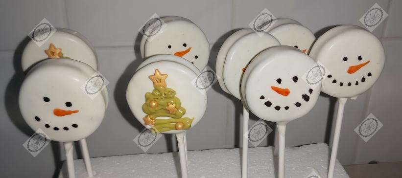 Sneeuwpopjes en Kerstboompjes van Oreo koekjes en witte chocolade