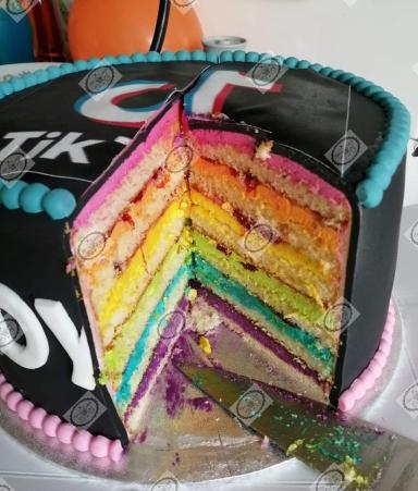 TikTok taart. Regenboog binnenkant.